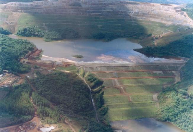 Moradores de Barão de Cocais deixam casas após alerta de barragem