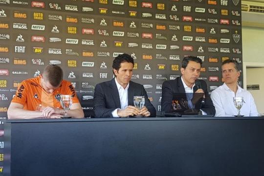 Aos 32 anos, volante Adilson do Atlético-MG anuncia aposentadoria por problemas cardíacos