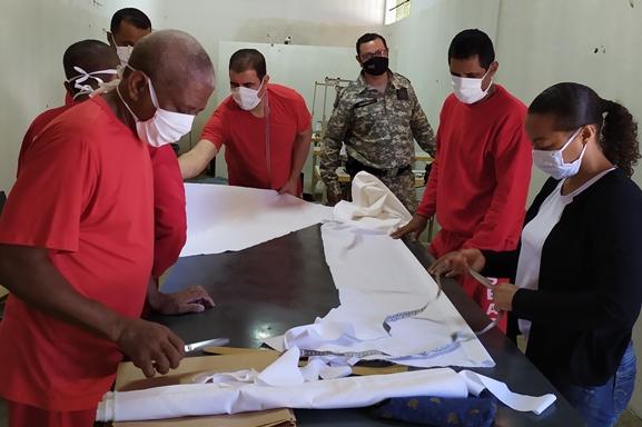 Presídio de Janaúba produz jalecos hospitalares para médicos e enfermeiros