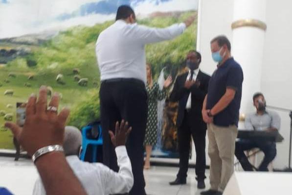 Candidato a Prefeito Ronaldo Magalhães usa altar da Igreja Mundial do Poder de Deus como palanque eleitoral