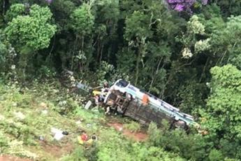 Acidente com ônibus deixa dois mortos e 23 feridos em Ouro Preto, na Região Central de Minas Gerais