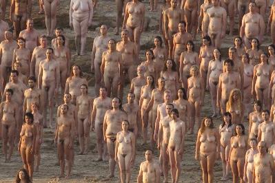 Multidão de pessoas nuas em protesto no Mar Morto