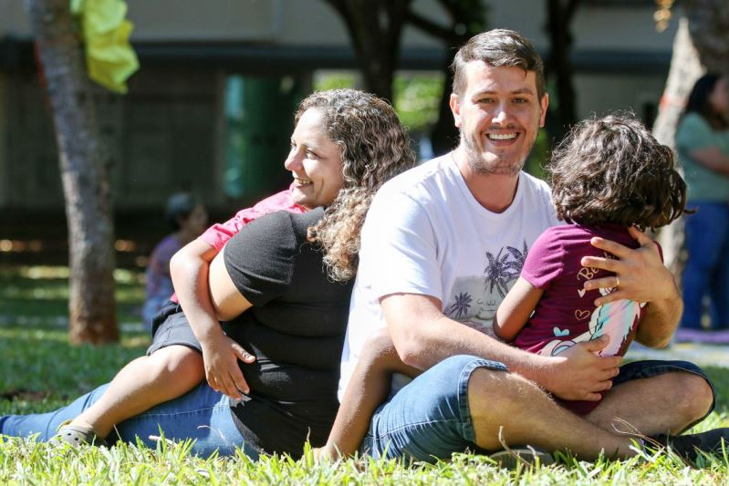 Casal conta como rotina de vida mudou com adoção de irmãos