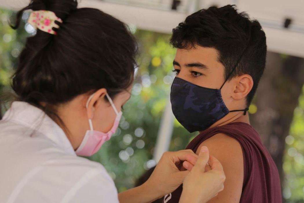 Covid-19: ministério volta a recomendar vacinação de adolescentes
