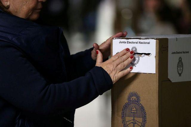 Chapa Fernández-Kirchner vence eleições primárias na Argentina