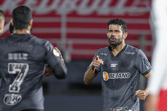 Diego Costa marca na estreia e Galo segue líder isolado