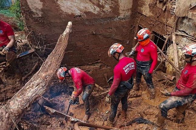 Bombeiros acham corpo de garoto soterrado em Santa Maria de Itabira