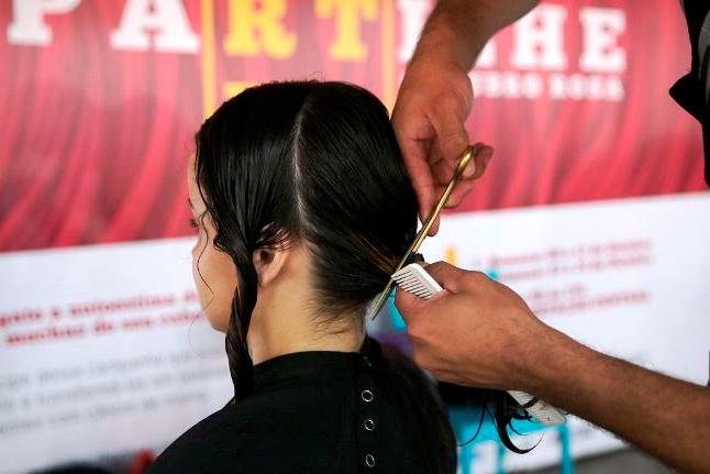 Metrô de SP recebe doações de fios naturais para confecção de perucas