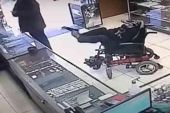 Cadeirante mudo segura arma com os pés, escreve bilhete e tenta assalto em Canela-RS
