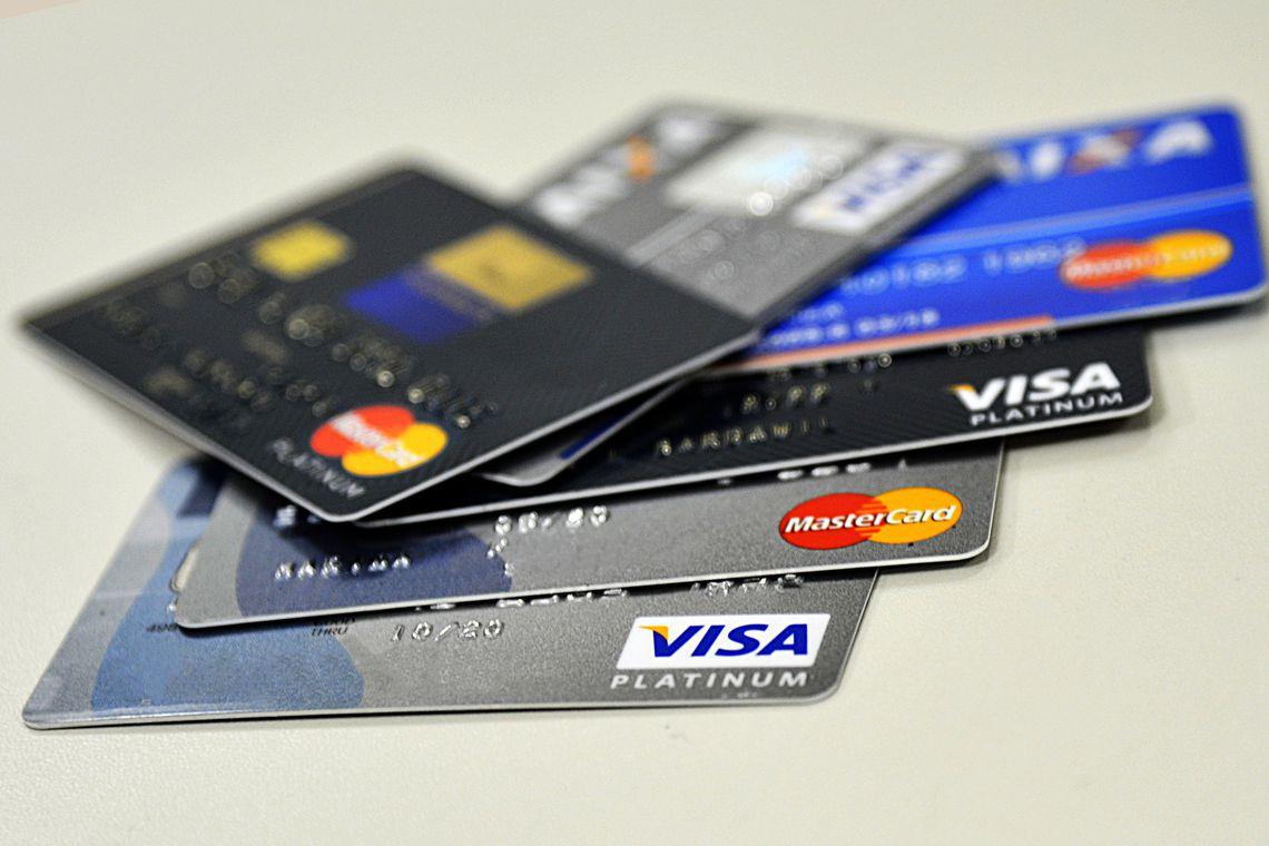 Juros do cheque especial caem e do cartão de crédito sobem em agosto