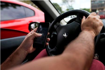 Um em cada cinco brasileiros usa o celular enquanto dirige