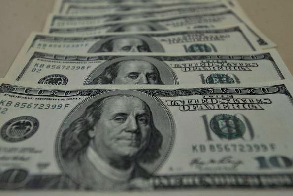 Dólar fecha em leve alta em dia de feriado nos EUA