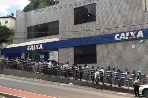 Filas quilométricas na Caixa Econômica Federal de Itabira geram reclamações