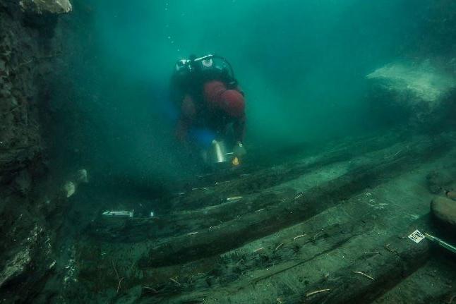 Egito encontra antigo navio militar e covas gregas em cidade submersa