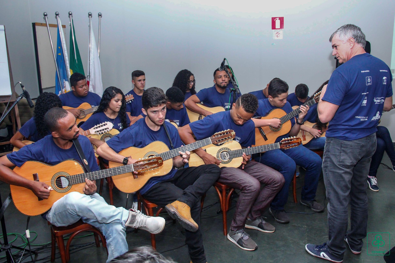 Projeto Luthier: Crianças e adolescentes fabricam instrumentos musicais com madeira doada