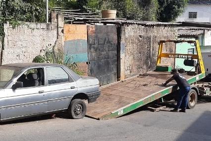 Veículos abandonados pelas ruas de Itabira são encaminhados para pátio do Detran