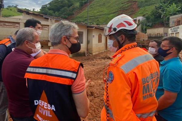 Romeu Zema vistoria ações de assistência em Santa Maria de Itabira