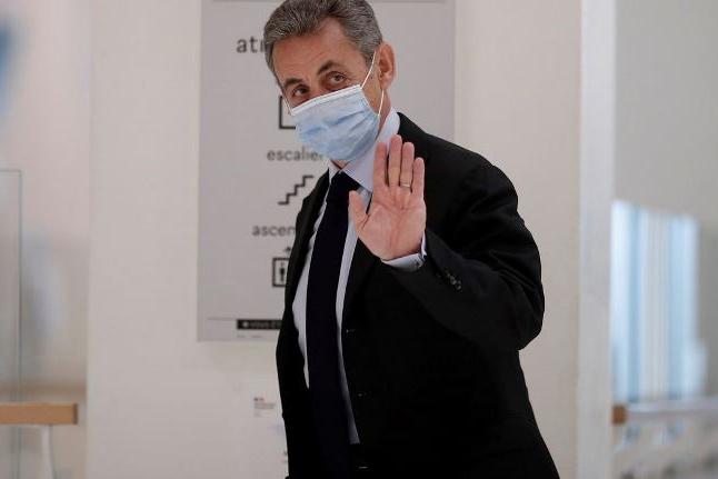 Ex-presidente da França é condenado a um ano de prisão