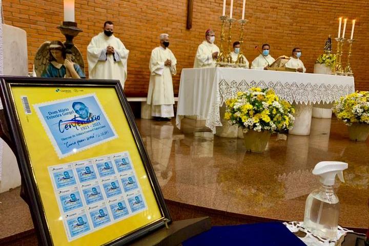 Selo postal em memória do centenário de Dom Mário é lançado em missa na Catedral