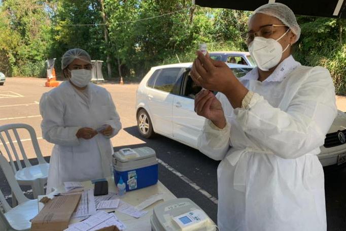 Itabira retoma vacinação da segunda dose em pessoas com 67, 68 e 69 anos e profissionais da saúde
