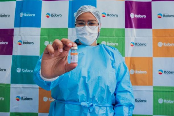 Itabira vacina população geral e trabalhadores da indústria com idade de 44 a 42 anos