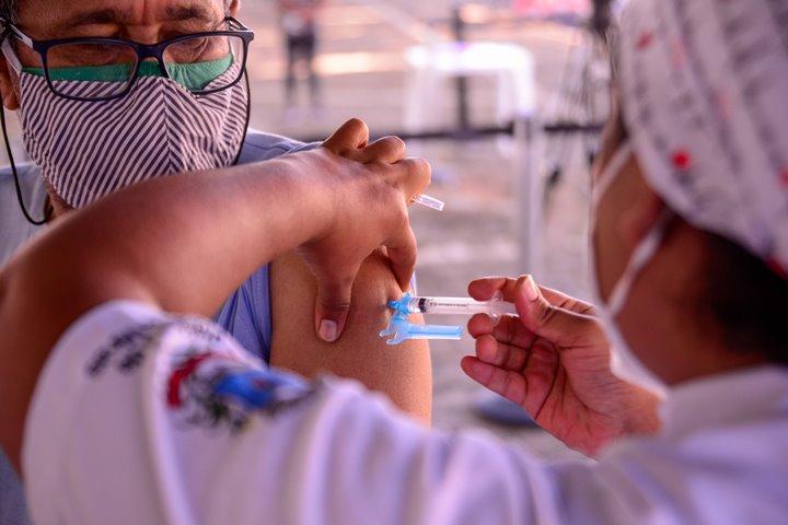 Após imunização, percentual de óbitos e internações entre idosos com mais de 70 anos cai no estado