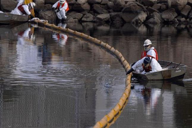 Pesquisadores buscam causa de vazamento de petróleo na Califórnia