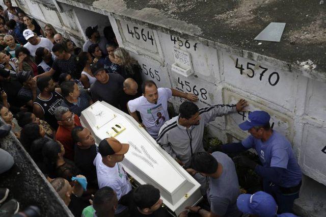'Balas assassinas' chacinam pessoas humildes em favela